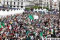 Cientos de argelinos protestan contra el régimen del gobierno en Argel (Argelia) /EFE