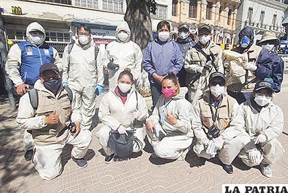 Varios periodistas con los trajes donados por el empresario /Emilio Castillo