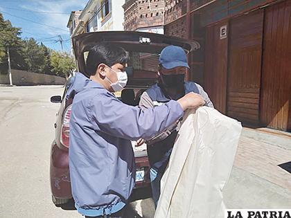 El empresario hace entrega a un periodista de un insumo de bioseguridad /YOCAMINANTE