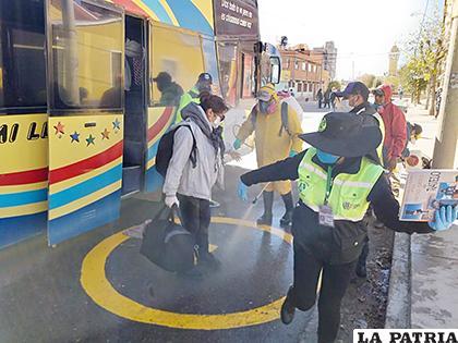 Los ciudadanos varados en Oruro viajaron con las medidas de bioseguridad adecuadas /TRÁFICO Y VIALIDAD
