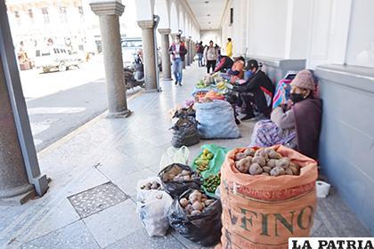 Hay comercio hasta en la plaza 10 de Febrero /LA PATRIA