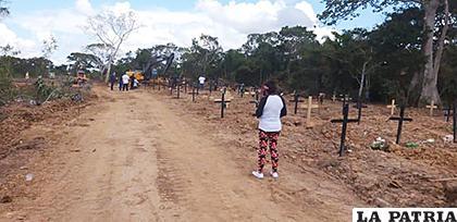 La periodista Ibáñez fotografía este nuevo cementerio de personas que murieron siendo sospechosas de Covid-19 /Gran Beni /Elvira Ibáñez Paz
