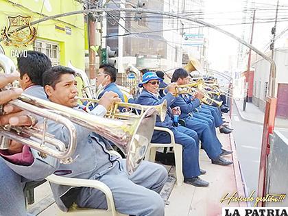 Los músicos recorrieron las calles en camiones  /Gobierno Autónomo Municipal de Oruro /Facebook