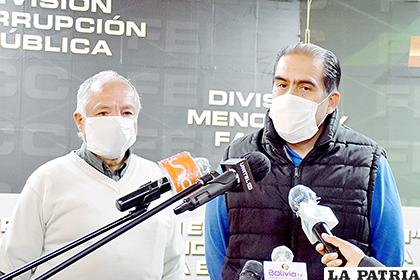 Fernando Humérez (der) se presentó junto a su abogado ante las autoridades policiales /  APG