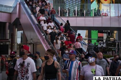 Personas caminan por Las Vegas Boulevard /AP Foto/John Locher