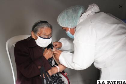 Vacunación continúa hoy en el Pabellón Hormiga Orureña /LA PATRIA