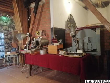 Algunos equipos que don Enrique exhibió en la muestra fotográfica /LA PATRIA