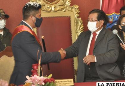 El alcalde saliente David Choque hizo la entrega del bando y bastón de mando /LA PATRIA