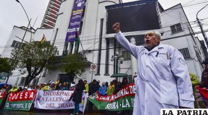 Protesta de los médicos en procura de tener acercamiento con el Ministerio de Salud /APG