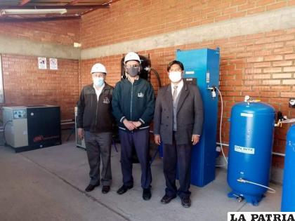 David Ismael Rojas, rector, junto al personal de la UTO en la Planta de Oxígeno /UTO