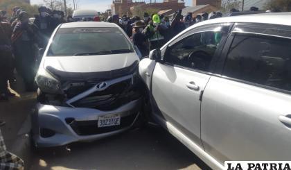 Choque entre el vehículo del uniformado y el automóvil /LA PATRIA