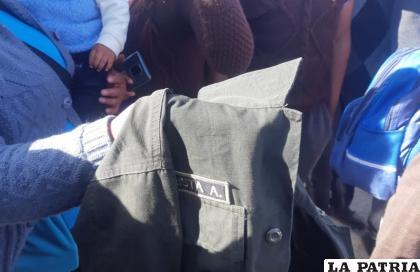 Una persona con una prenda policial que encontró dentro la vagoneta  /LA PATRIA