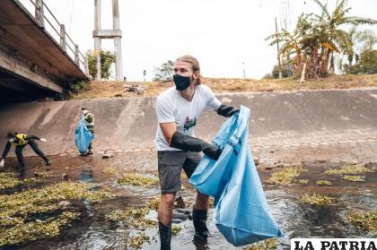 Alexis Dessard en la limpieza del canal Isuto /Cortesía Dessard