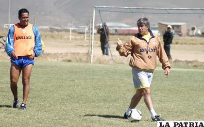 Limbert Pizarro junto al estratega Marcelo Zuleta