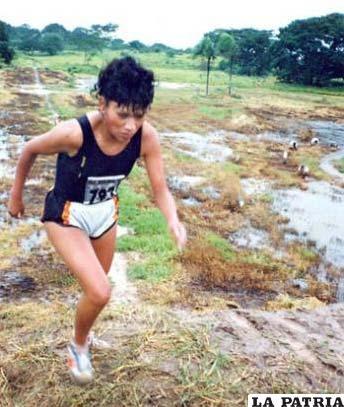 Nemia Coca en su época de atleta en una competencia de cross country