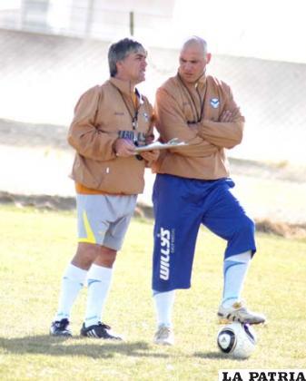 Marcelo Javier Zuleta junto a uno de sus asistentes cordinando la práctica
