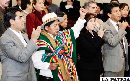 Miembros del Tribunal Supremo Electoral jurando a sus cargos, Cívicos del país denuncian al TSE que proceso eleccionario para el Órgano Judicial contradice la Constitución. (Foto de archivo)