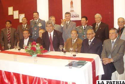 Directivos y distinguidos por el Círculo Cultural y Social Ateniense en el 81 aniversario de la institución