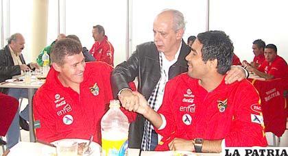 Carlos Chávez saluda a los integrantes de la selección nacional