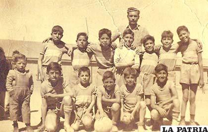 El primer equipo de la categoría Infantil de Internacional en 1956, Hugo Ponce aparece en el penúltimo lugar de los que se encuentran en cuclillas