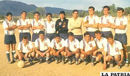 Todo el plantel de Universitario de Tarija