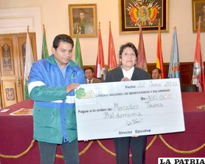 Lotería Nacional entrega premio mayor de 300.000 bolivianos