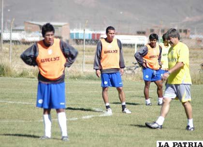 Jugadores de San José, junto al entrenador Marcelo Zuleta