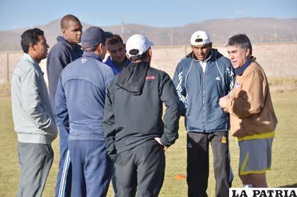 Jugadores afectados dialogan con el entrenador Marcelo Zuleta