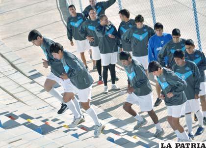 Los jugadores de San José, trabajaron en las graderías del estadio