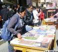 Primera Feria del Libro en Ciencias Sociales, organizada por la carrera de Antropología, realizada en la calle Soria Galvarro entre Bolívar y Sucre