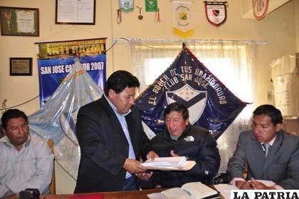 Walter Mamani hace la entrega de la documentación al presidente electo Freddy Fernández