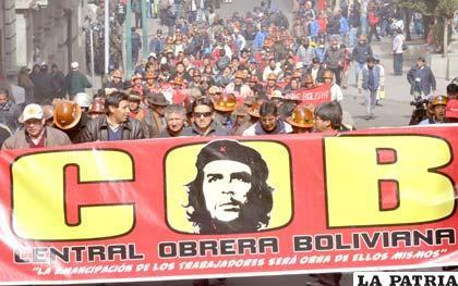"""COB marchó exigiendo """"nacionalización"""" de Colquiri (Foto APG)"""