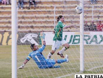 Pablo Escobar anota el segundo gol boliviano (foto: APG)