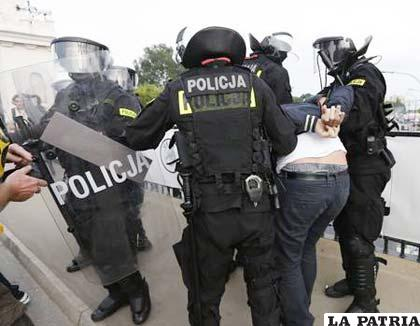 Hinchas detenidos por la Policía de Varsovia (foto: foxsportsla.com)