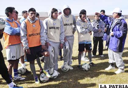 Teodoro Cárdenas instruye a sus jugadores