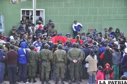 Policías y sus esposas en el Comando de Oruro esperando resultados de la ciudad de La Paz