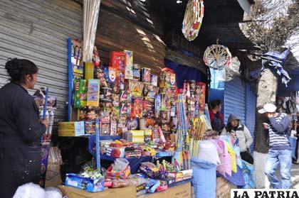 A pesar del riesgo que representan los juegos pirotécnicos, en el mercado local aún se comercializan éstos explosivos
