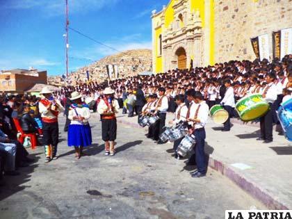Colegiales interpretando este instrumento de viento andino