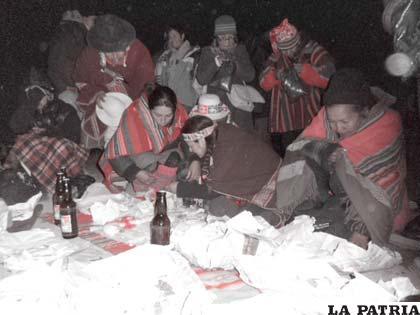 """Mujeres preparando mesa blanca para ofrecerla al """"Tata Inti"""""""