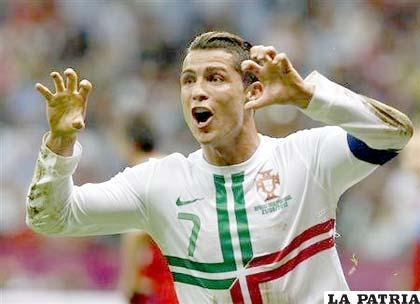 Cristiano Ronaldo celebra el gol que anotó para la clasificación de Portugal (foto: foxsportsla.com)