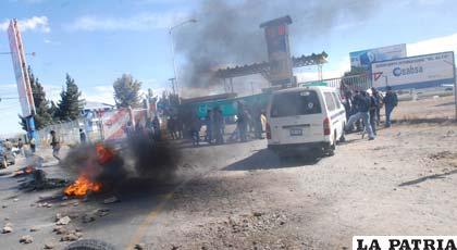 Empleados de AeroSur bloquean accesos a aeropuertos bolivianos (Foto APG)