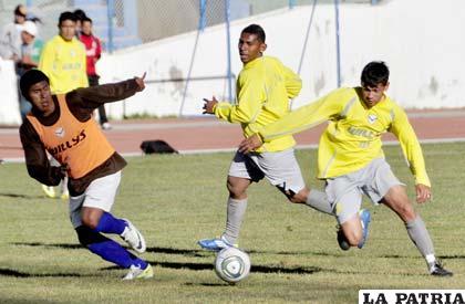 Víctor Hugo Angola y Marcelo Gomes en el equipo titular