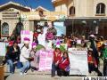Familias participantes en feria dominical de alimentos nutritivos para niños, realizada por el Programa Renovación Madre-Niño