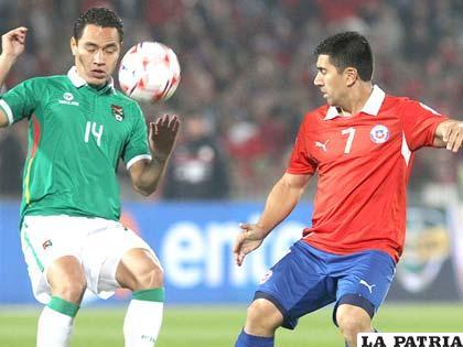 Gualberto Mojica y David Pizarro disputan el balón