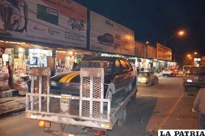 Una grúa se lleva el vehículo de la víctima a un garaje de la ciudad