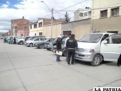 Los vehículos retenidos en la calle de Diprove