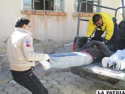 Los investigadores de la Felcc depositan los cuerpos en la morgue del Cementerio