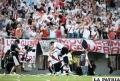 River celebra junto a su hinchada la victoria ante Independiente