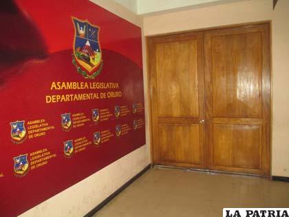 La puerta de la sala de sesiones de la Asamblea estuvo cerrada