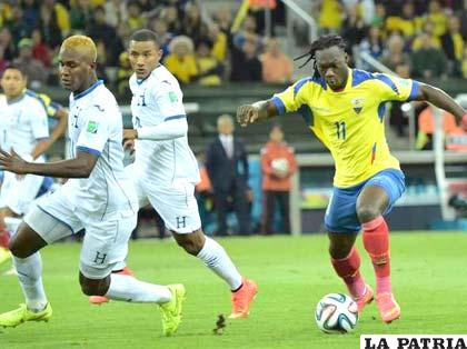 Caicedo avanza con balón dominado ante la marca de sus rivales